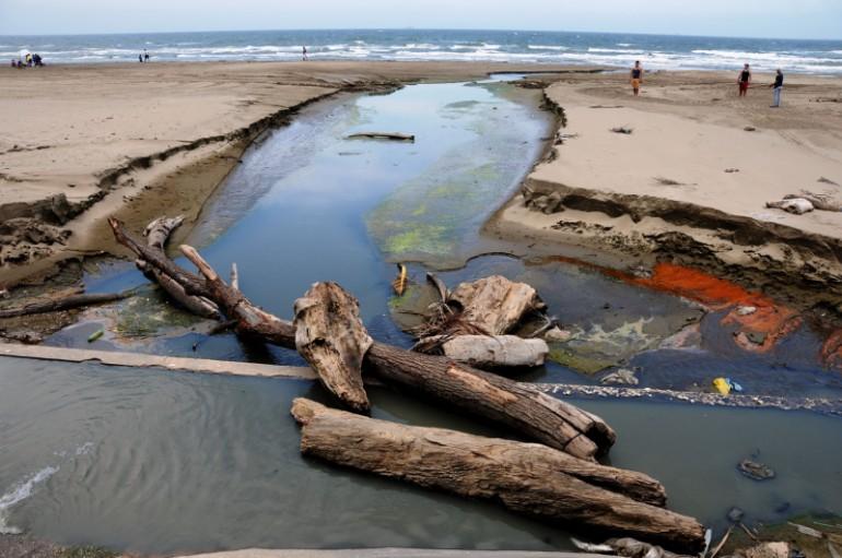 Vierten miles de litros de aguas negras en playas de Coatzacoalcos