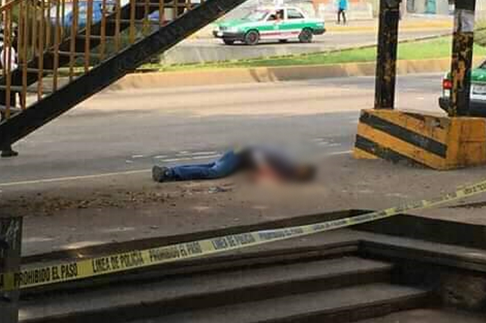 Asesinan a un hombre en parada de autobús en Agua Santa II