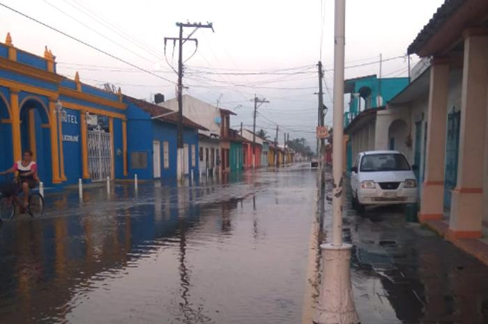 Río Papaloapan sigue en ascenso, entra agua a calles de Tlacotalpan