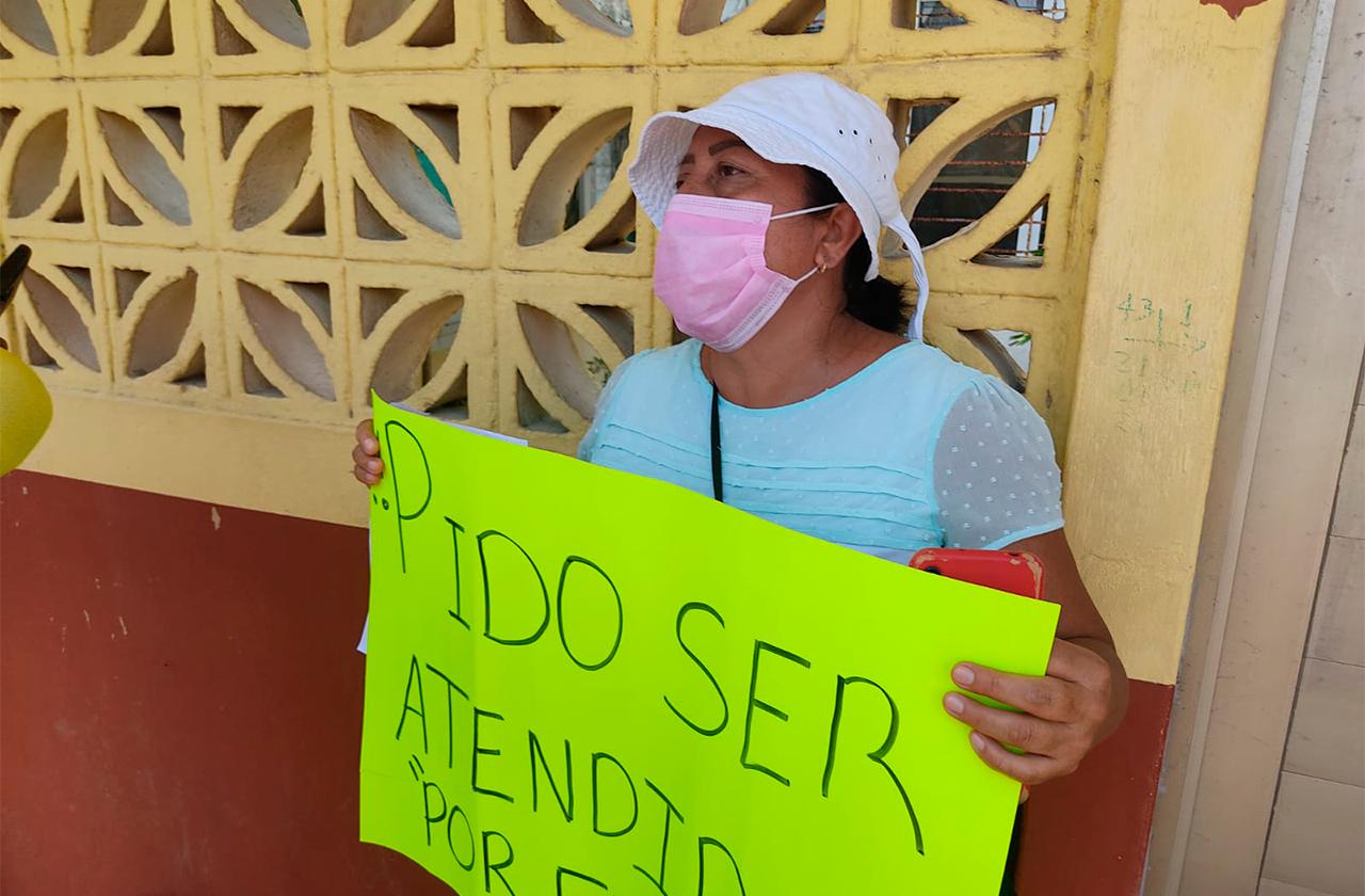 Al no recibir boleta de su hijo inicia huelga de hambre en Coatza