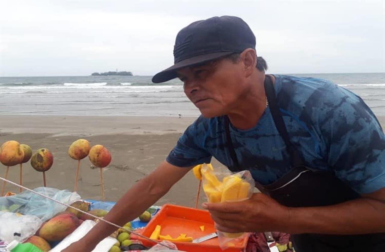 Al no vender mangos, José pesca para llevar comida a su casa