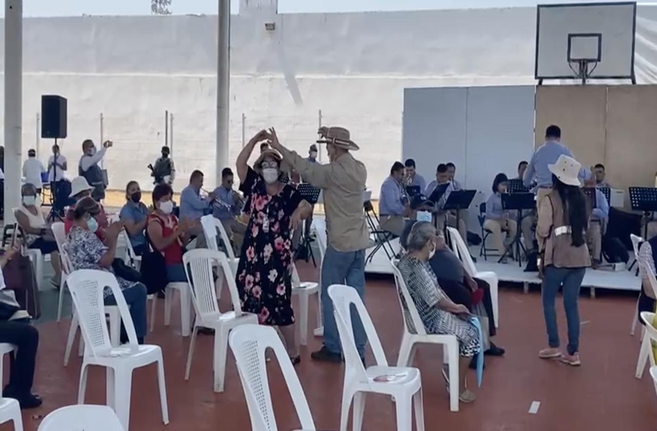 Al ritmo de cumbias, abuelitos recibieron vacuna covid en Córdoba
