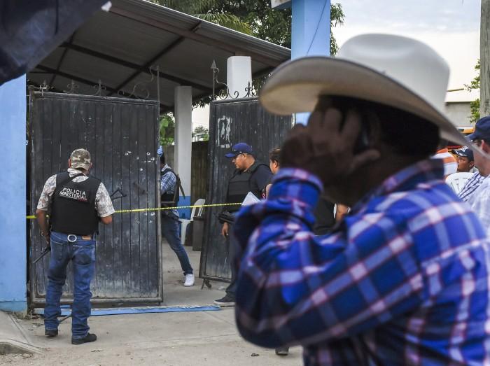 Bloquean acceso a Hidalgotitlán tras homicidio de alcalde electo
