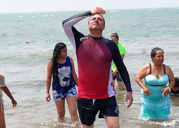 Alcalde se baña en la quinta playa con más heces fecales de Veracruz