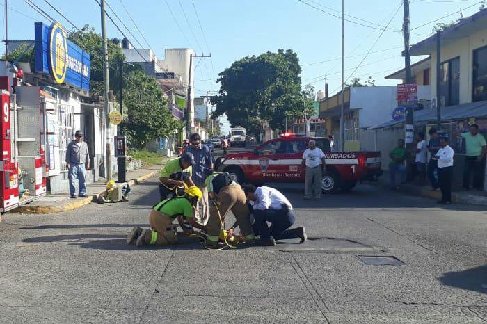 Mueren dos trabajadores tras caer a drenaje en Boca del Río