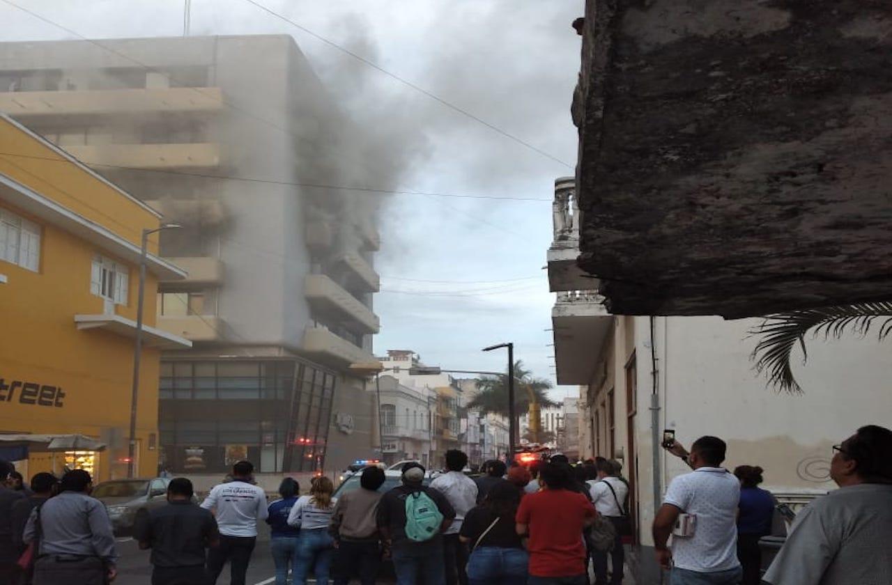 Alerta por incendio en céntrico edificio de Veracruz puerto