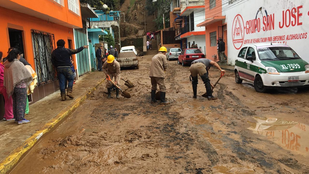 Alud provocado por fuga de agua afecta a 11 familias en Xalapa