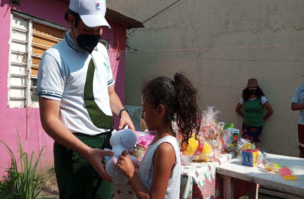 Con juguetes, alumno de Conalep festeja a niños en Día de Reyes