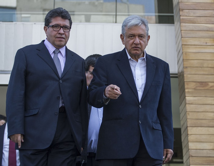 Ricardo Monreal se queda en Morena; AMLO celebra