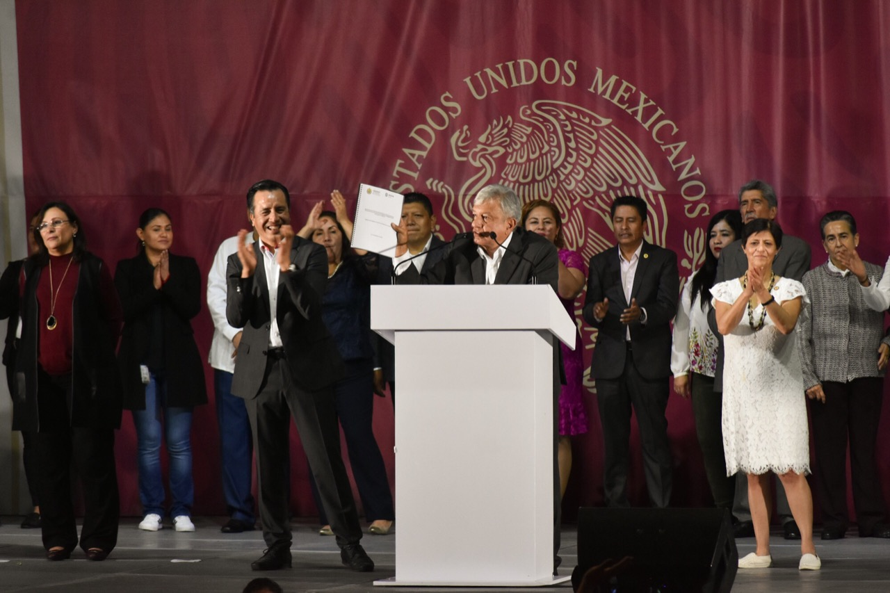 Amlo anuncia universidades internet gratuito y becas para for Universidades en veracruz
