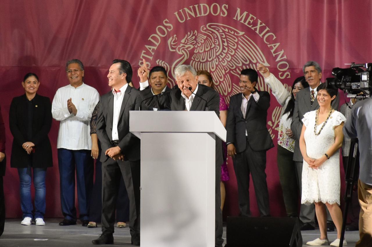 Amlo anuncia universidades internet gratuito y becas para for Universidades en xalapa