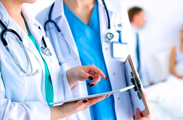 AMLO otorga reconocimiento a medicas y médicos en su día