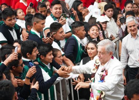 AMLO reitera promesa de becas para jóvenes,