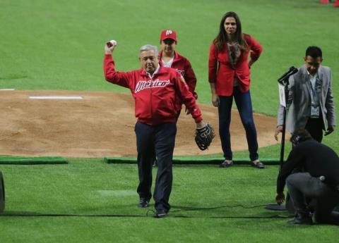 """Abuchean a AMLO en estadio de beisbol; él los llama """"porra fifí"""""""