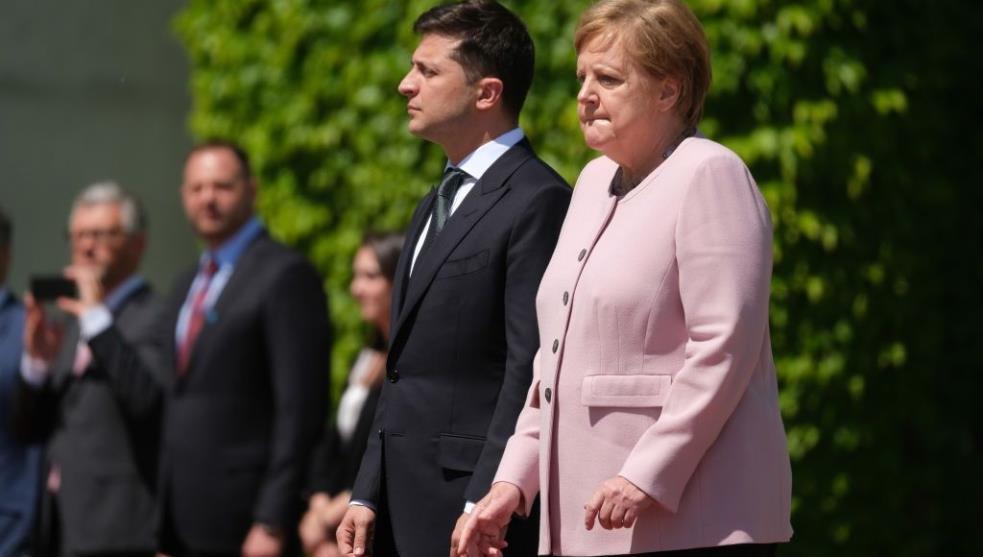 Video: Angela Merkel sufre espasmos durante visita de Zelenski
