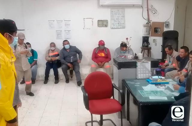 Ante falta de contratos 30x30, se manifiestan trabajadores de Coatza