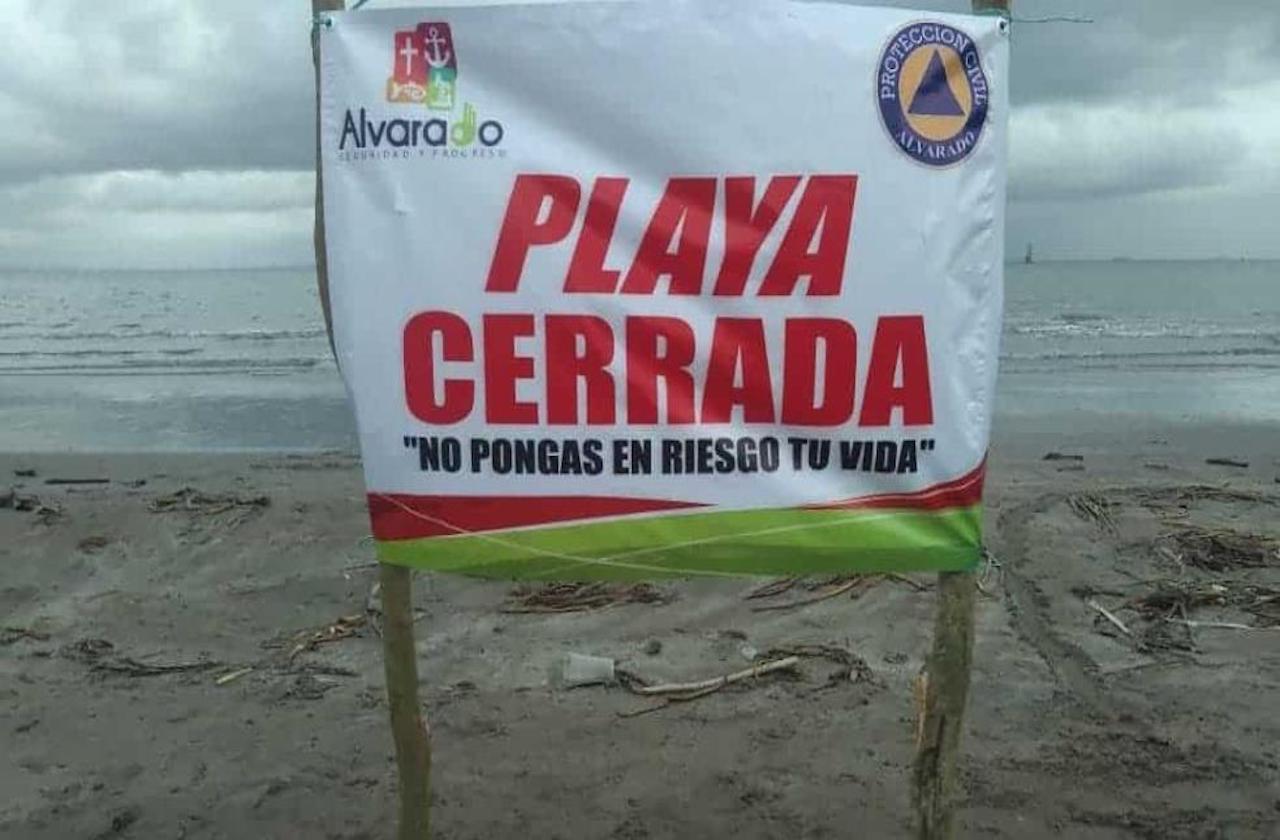 Ante lluvias, prohiben acudir a playas de Alvarado