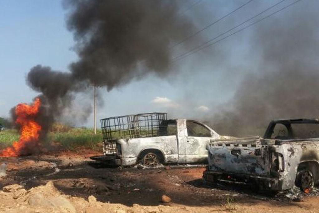 Arden dos camionetas tras explosión de ducto en Omealca