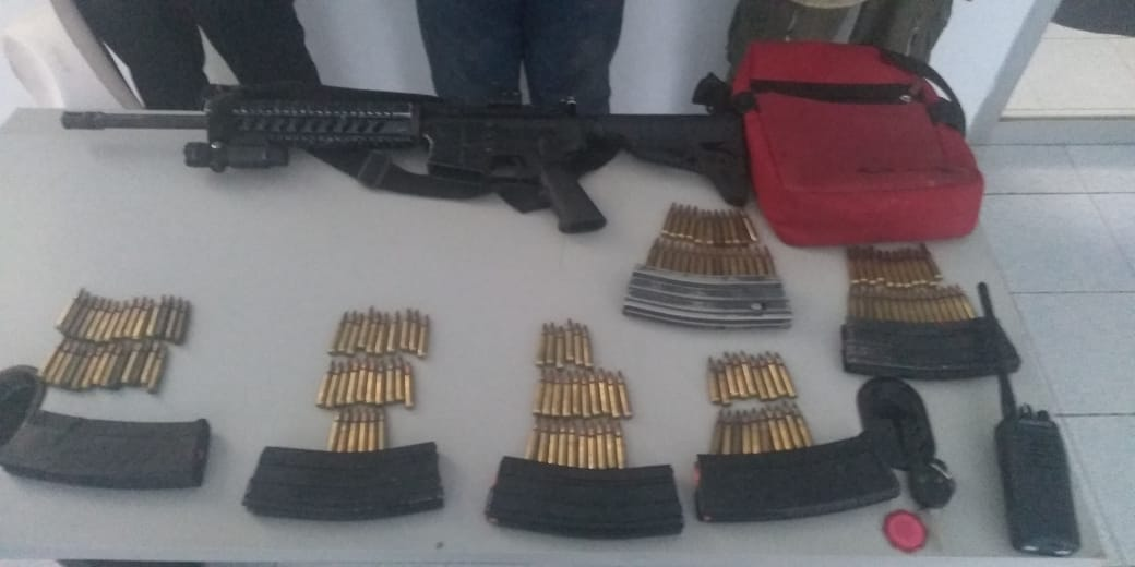 Detienen a tres por portación ilegal de armas, en Martínez