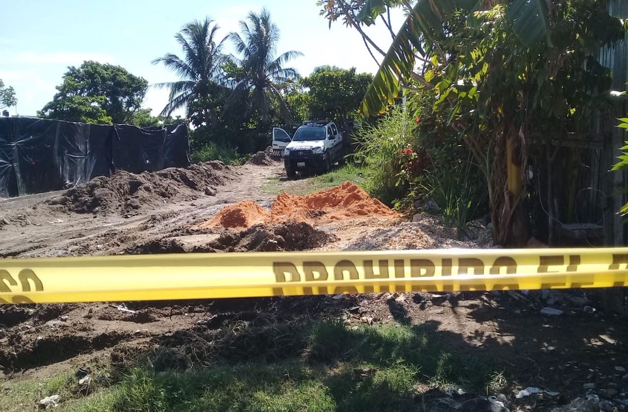 Arrojan restos de hombre en canal de aguas negras de Coatza