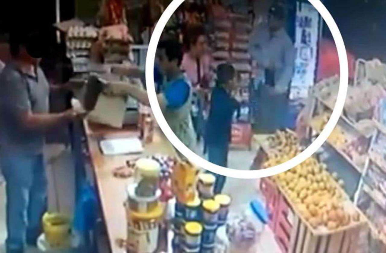 VIDEO | Mujer y niño entran a tienda en pleno asalto y les quitan sus pertenencias