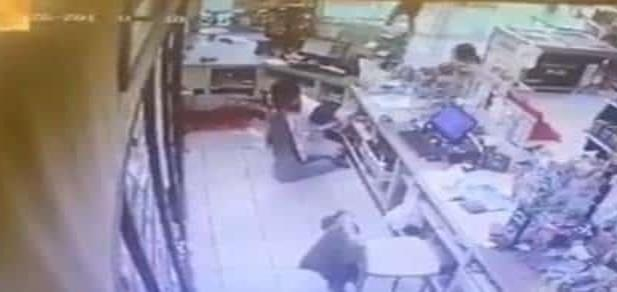 Ladrón mata por la espalda a cajero de 15 años