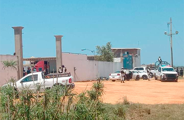 "3 detenidos en operativo realizado en bodegas de Ramon ""N"" en Coatza"