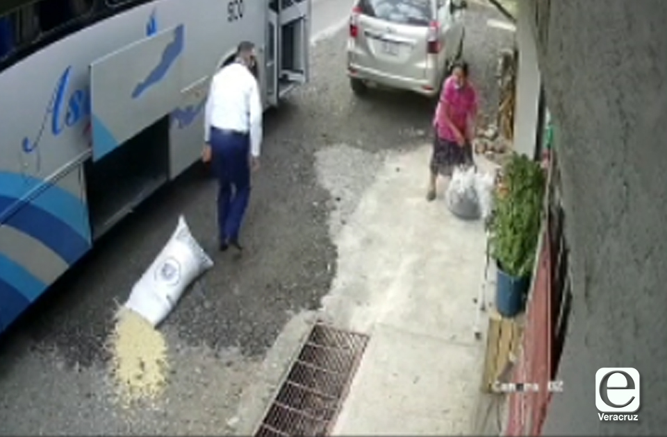VIDEO | Chofer de Astro riega mercancía de mujer en el suelo