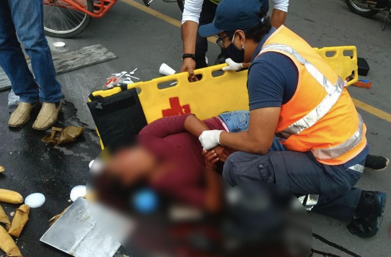 Vendedora de tamales sufre fuerte accidente en Amatlán