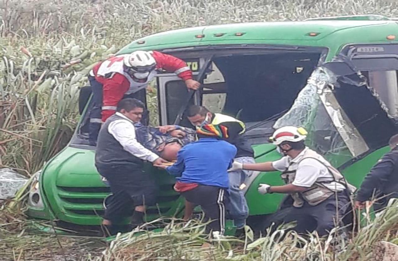 Autobús se va al pantano en la Coatza-Mina; hay 8 lesionados