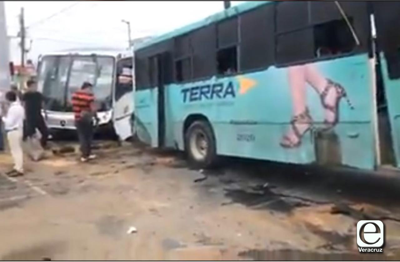 20 lesionados tras choque de urbanos en el Puerto