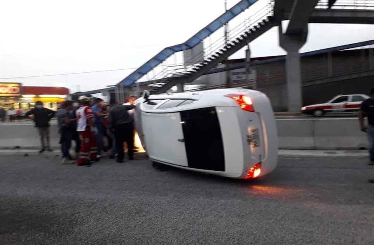 Automóvil vuelca en Río Blanco; mujer sufre heridas en el rostro