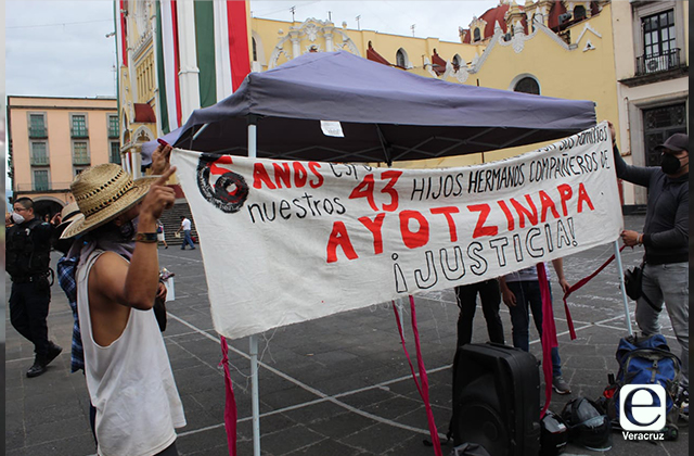 Xalapeños se plantan en Plaza Lerdo, recuerdan caso Ayotzinapa