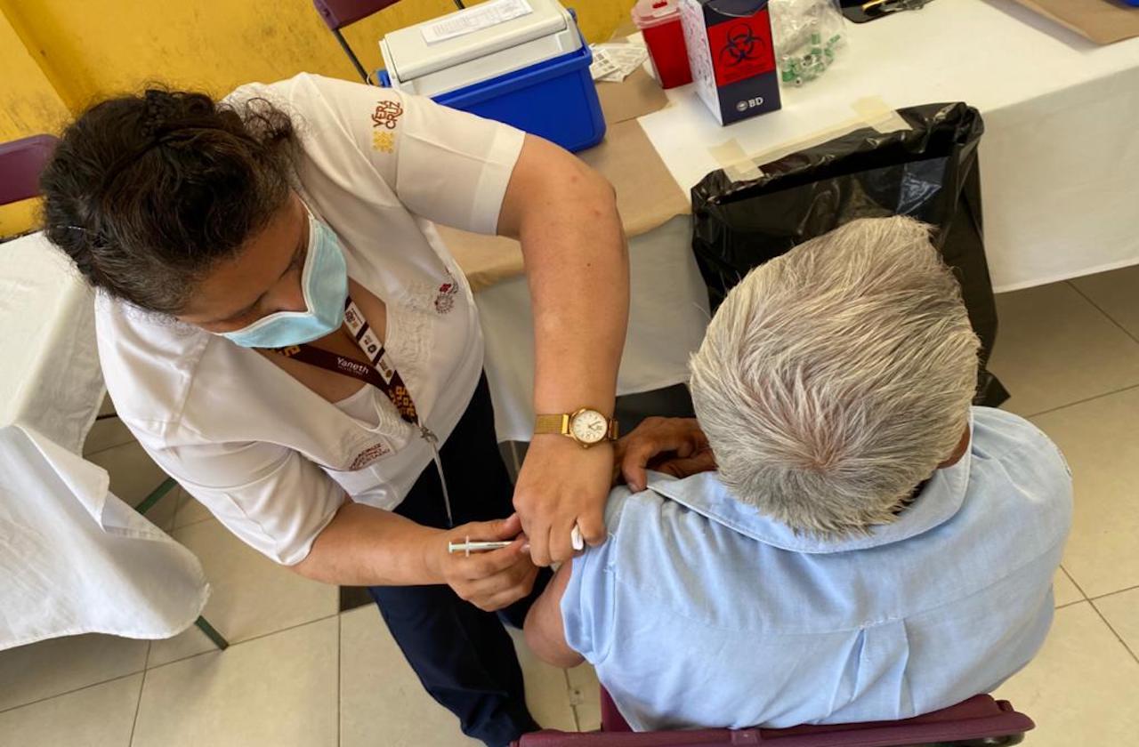 Auxiliarán con documentos a quienes soliciten vacuna covid en Xalapa