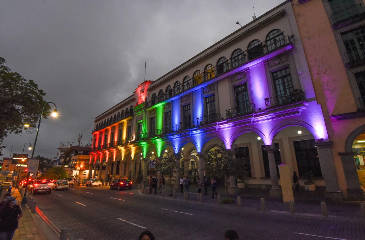 Ayuntamiento de Xalapa enciende luces por Mes del Orgullo LGBTTTIQ