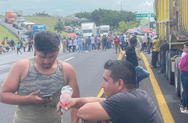 Toman carretera en Cerro Gordo; piden bajar la luz, como en Tabasco
