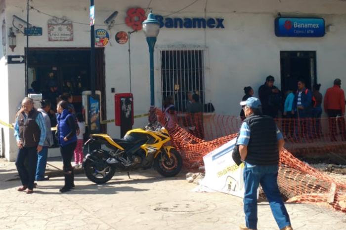 Asaltan sucursal bancaria en Coatepec y rocían con gasolina a cuentahabientes