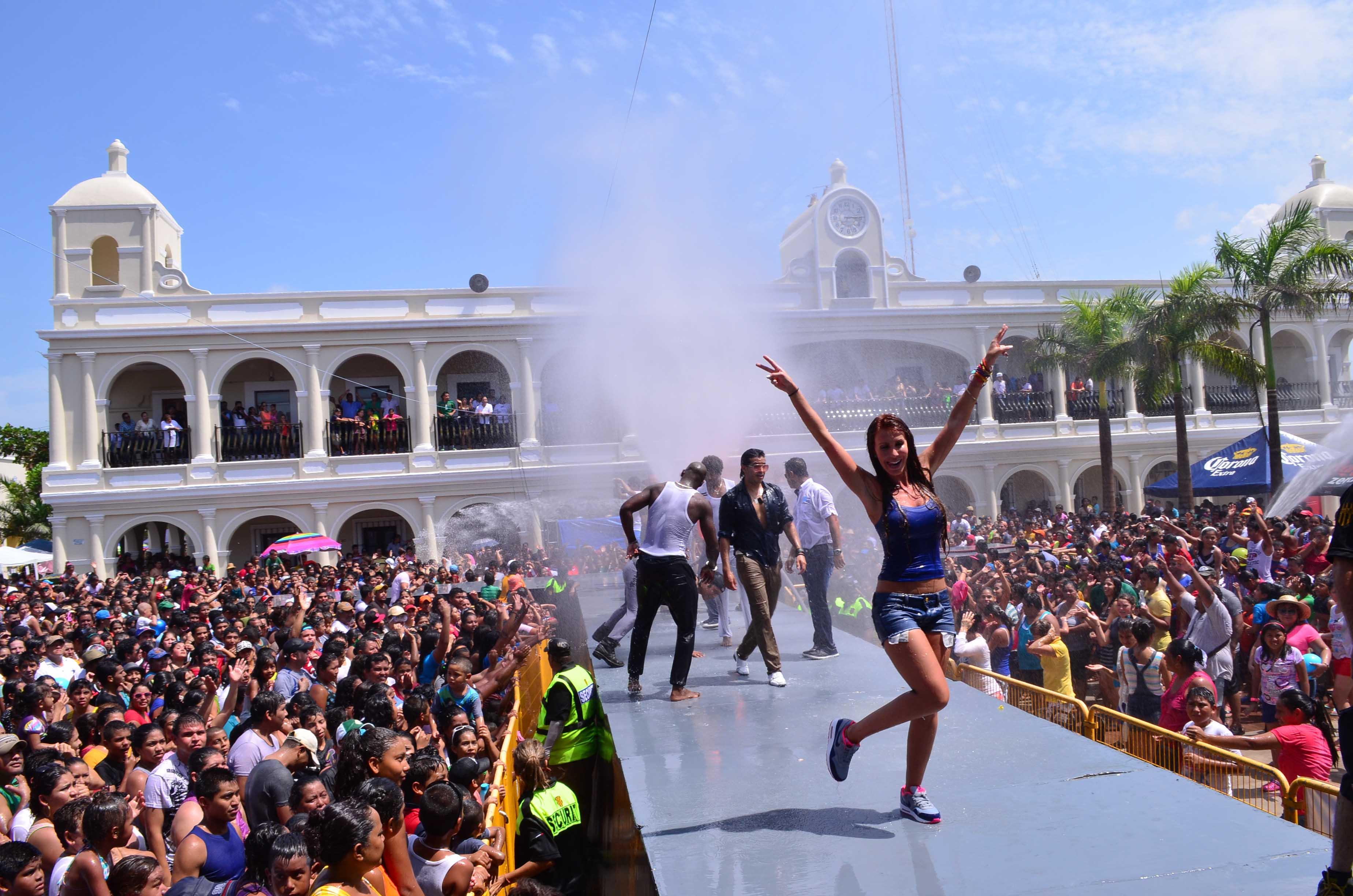 Miles de personas disfrutaron del tradicional baño de Santa Ana en Boca del Río