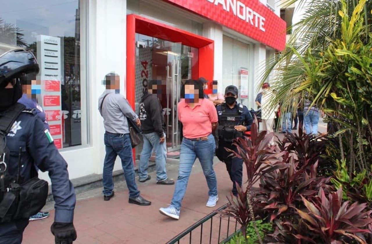 Detienen a falsificadoras de cheques en banco de Xalapa
