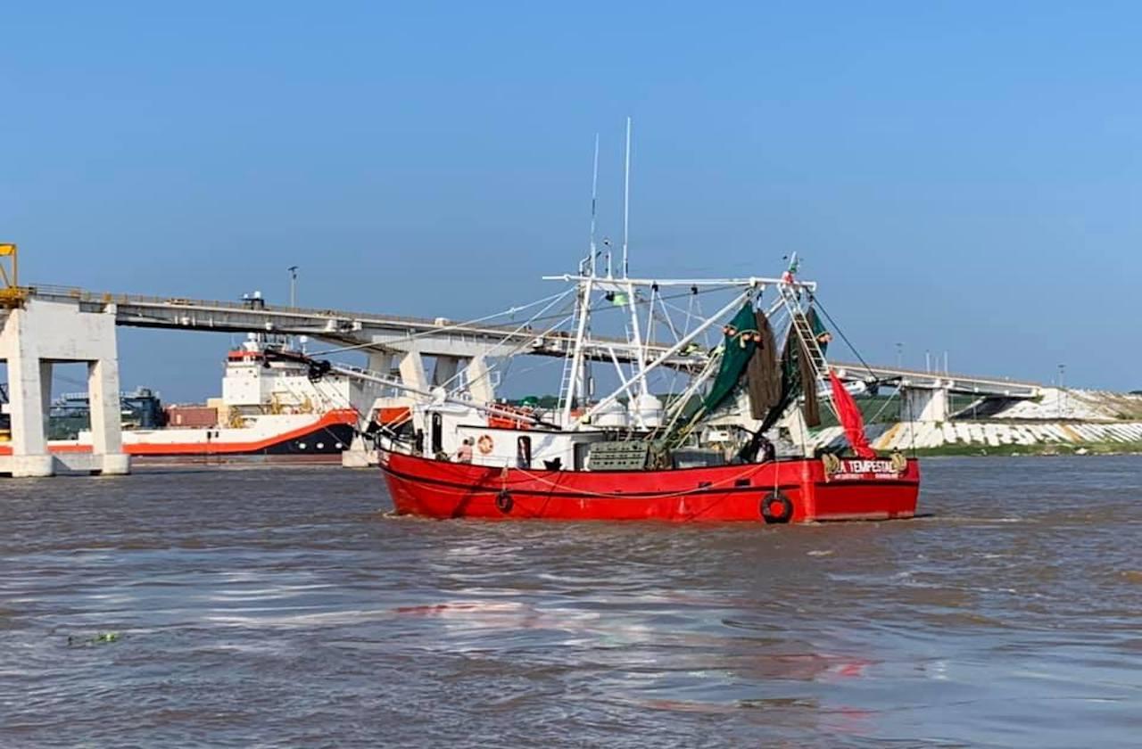 Barcos camaroneros retoman labores bajo protesta, en Alvarado