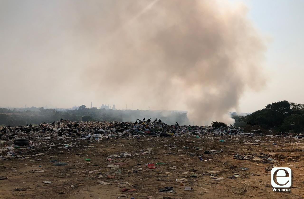 Se prende basurero y genera humareda en colonias de Nanchital