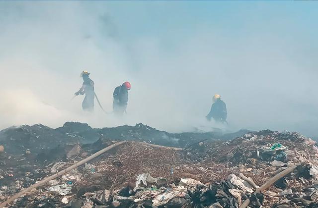 Incendio en basurero municipal de Veracruz sigue activo