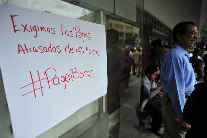 Estudiantes exigen sus becas, la federación depositó hace 5 meses