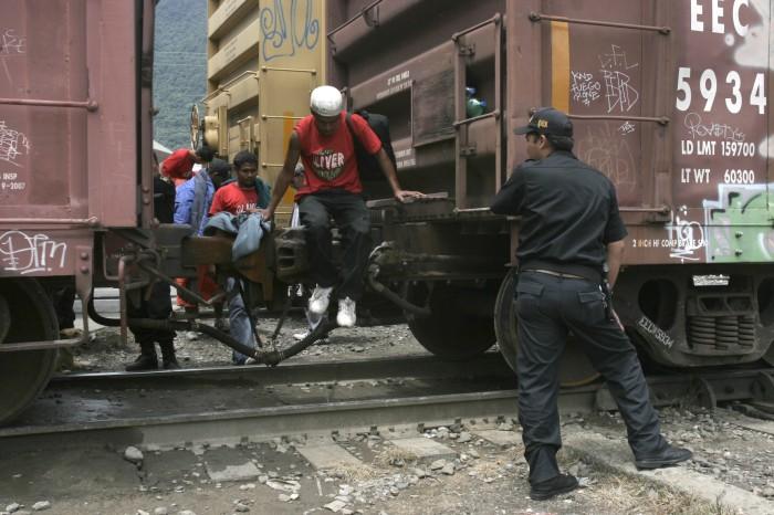 """Falsos policías asaltan a migrantes en """"La Bestia"""""""