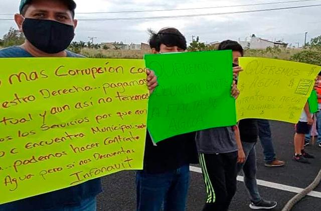 Cierran carretera Veracruz-Cardel; exigen agua en colonias