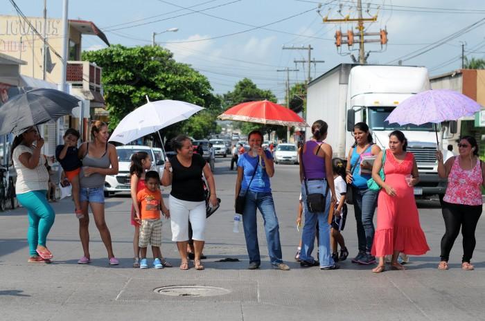 Bloquean vialidad para exigir reconexión de servicio de energía eléctrica en escuelas