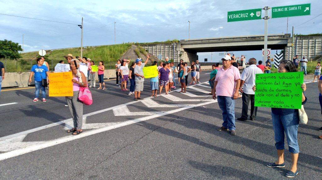 Bloquean autopista Veracruz-Cardel por corte de agua potable
