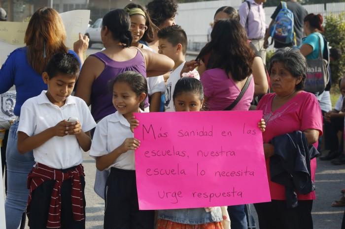Padres de familia exigen construcción de drenaje para escuelas