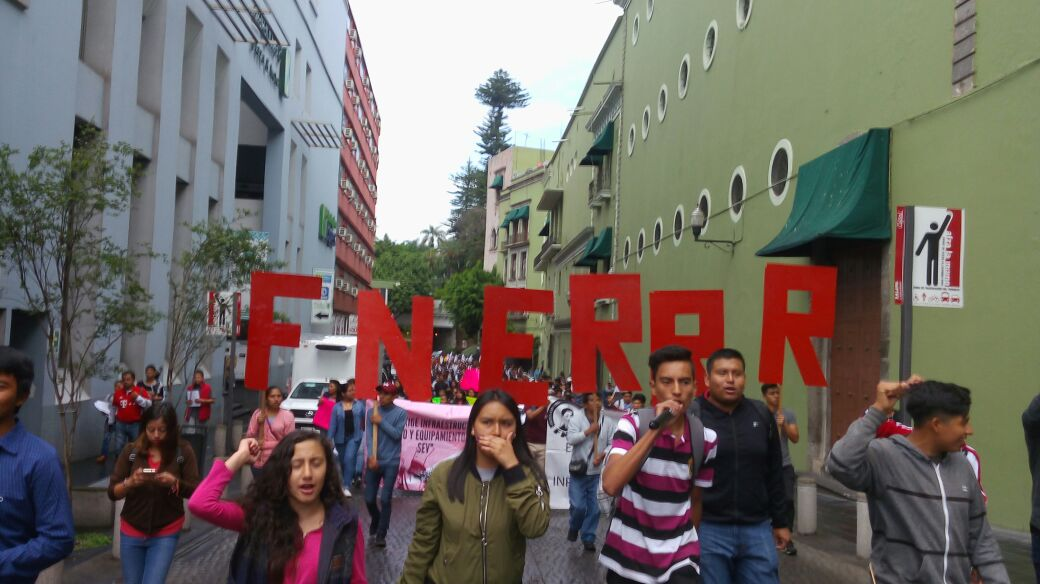 Estudiantes marchan en Xalapa para exigir atención a 60 escuelas