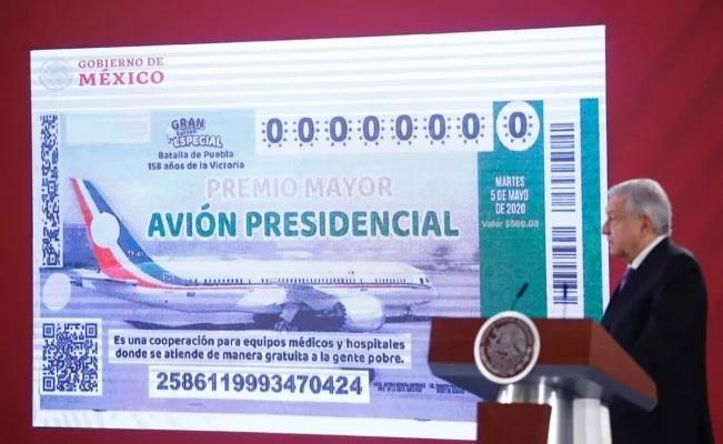 AMLO presenta en mañanera boleto de avión presidencial